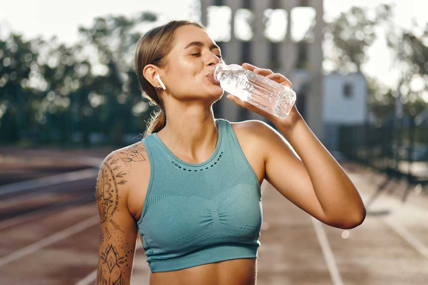 ragazza sportiva beve acqua